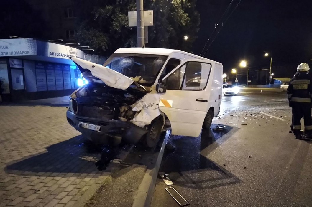 Двое пострадавших: в Днепре на Слобожанском проспекте столкнулись микроавтобус и легковушка