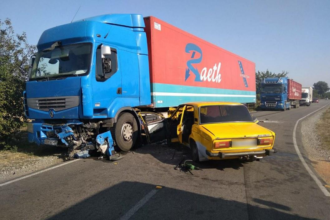 ДТП в Днепропетровской области: ребенок в коме, водителя вырезали из авто (ФОТО)