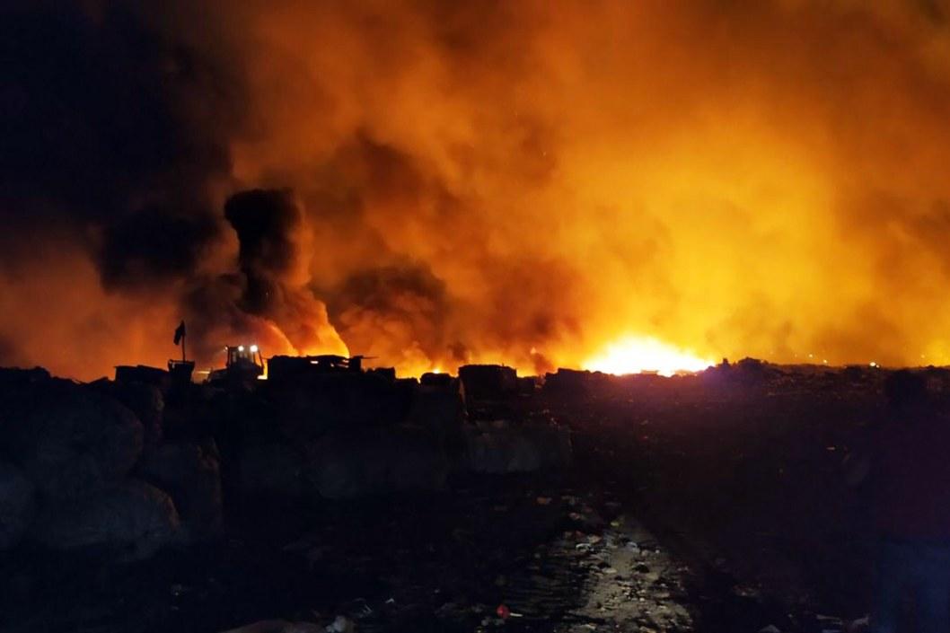 В Кривом Роге вторые сутки тушат пожар на полигоне