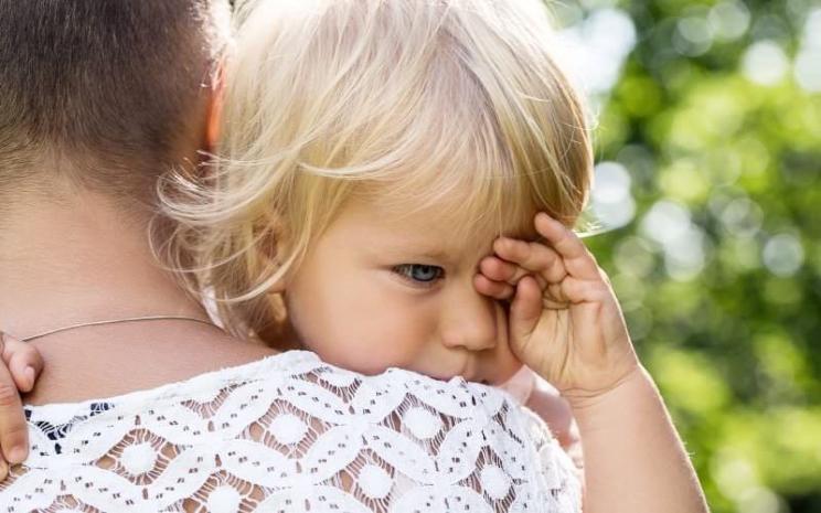 В Кривом Роге полиция забрала детей у пьяной матери, заснувшей на скамейке
