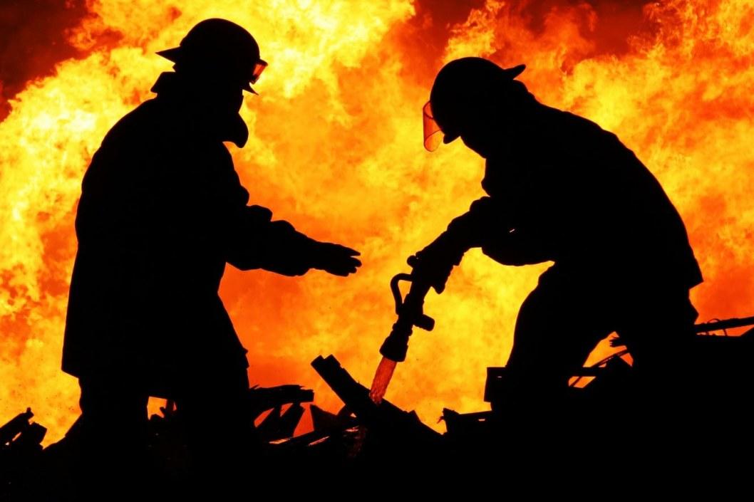 В Кривом Роге 13 спасателей тушили масштабный пожар