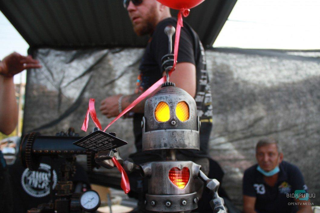 Космическая капсула и танцующий робот: как проходит KOVALfest в Днепре (ФОТО)