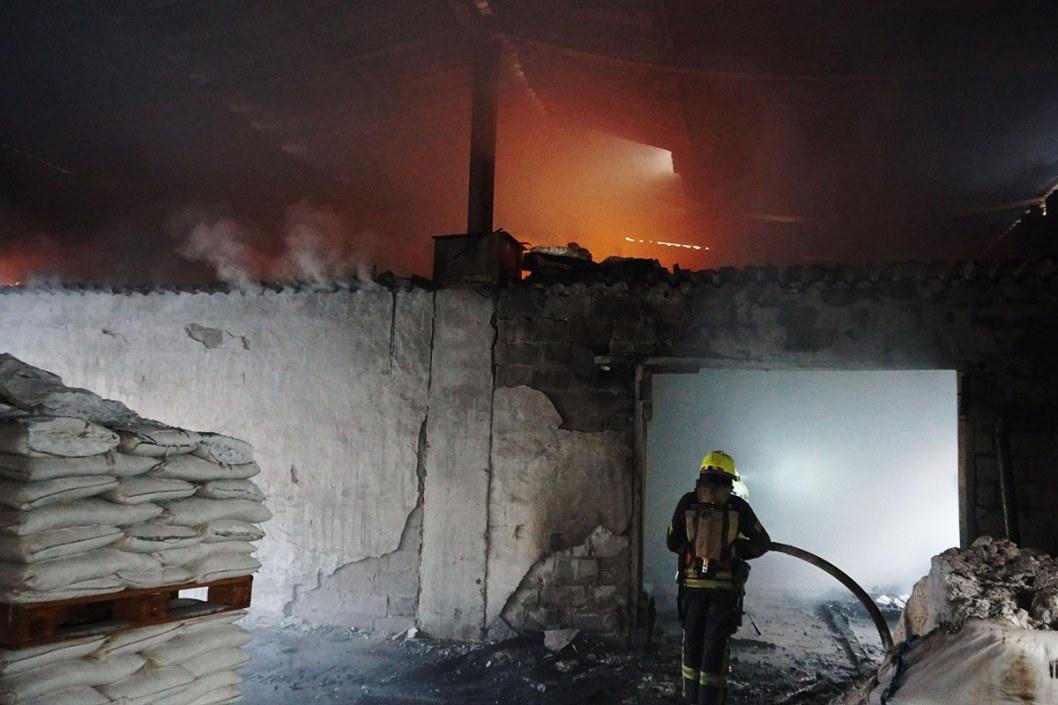 В Днепре горели склады с содой и солью: пожар тушили 11 машин