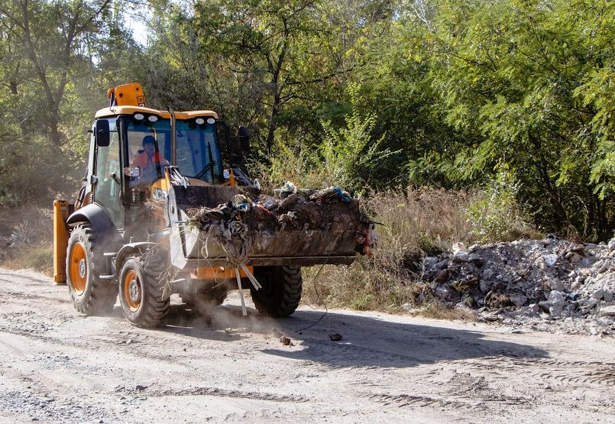 В Днепре возле Рыбальского карьера разбирают гигантскую мусорную свалку