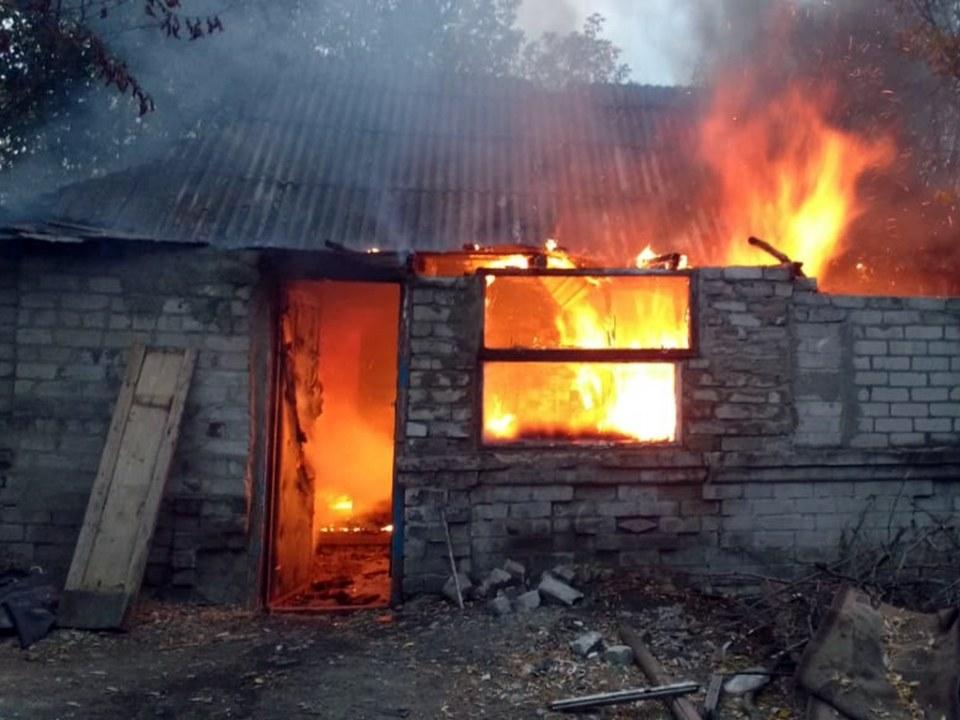 Тушили больше часа: под Днепром горел жилой дом (ВИДЕО)