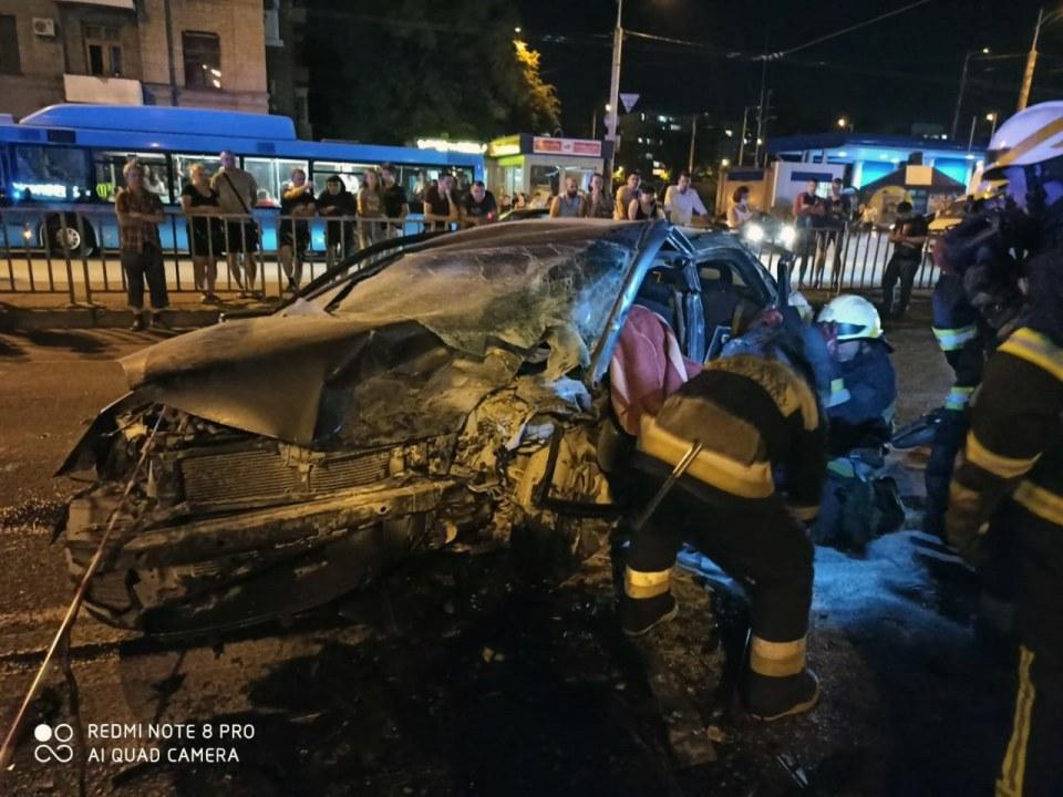 Подробности смертельного ДТП в Днепре: тело погибшего водителя вырезали из машины (ВИДЕО)