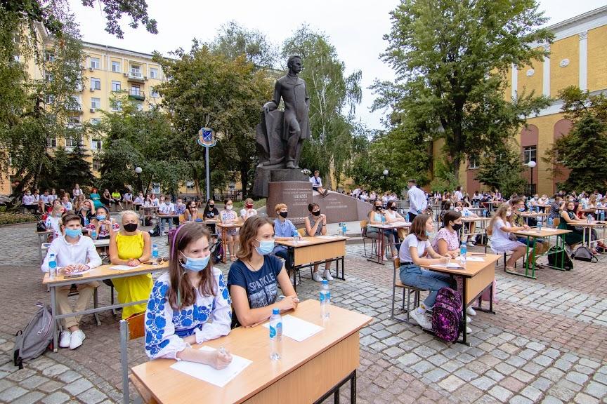 В Днепре под открытым небом более 200 жителей написали диктант в честь дня рождения Александра Поля