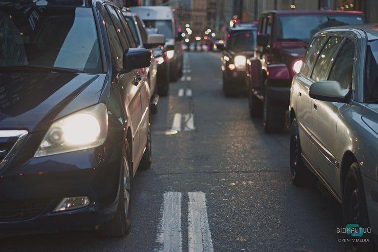В Днепре на Слобожанском проспекте грузовик врезался в ограждение: образовалась пробка