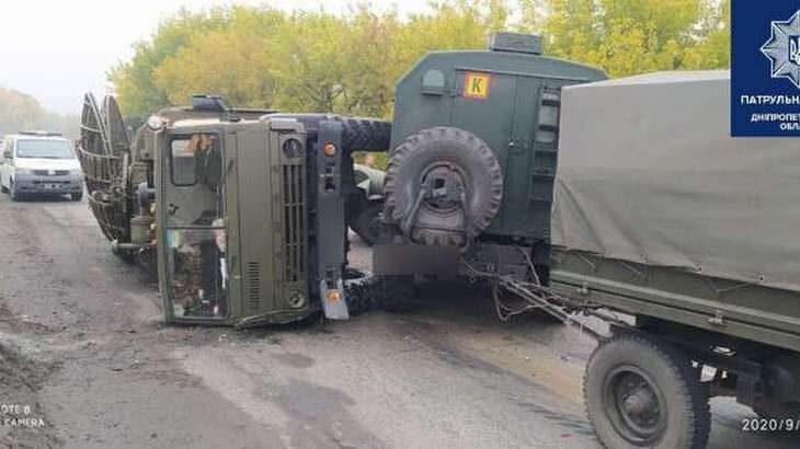 Перевернулся военный грузовик: под Днепром столкнулись 5 авто