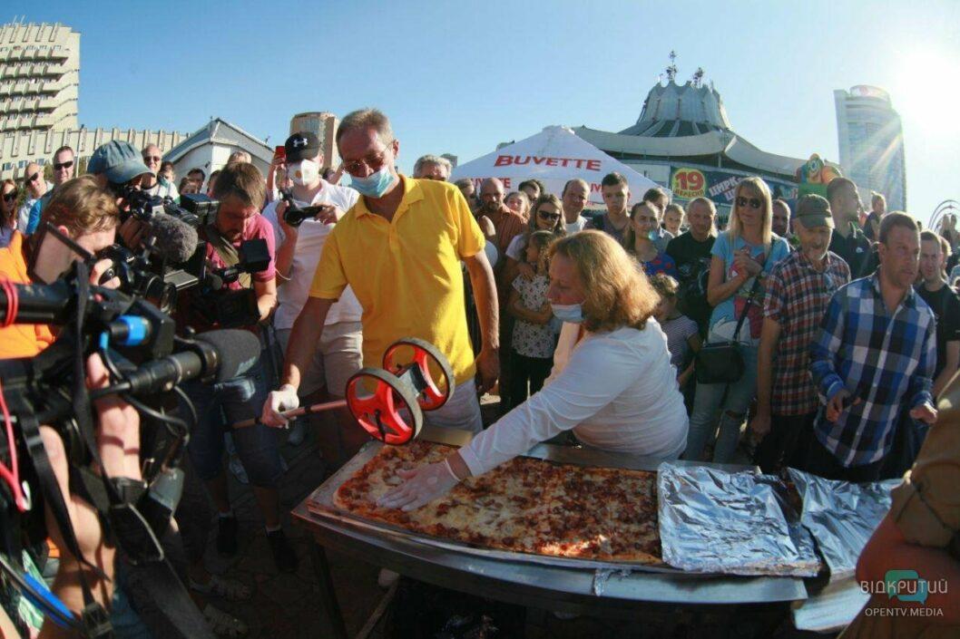 Новый рекорд: в Днепре испекли самую длинную пиццу в Украине (ФОТО)