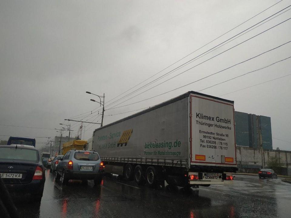 Объезжай: в Днепре пробка в сторону Нового моста (ФОТО)