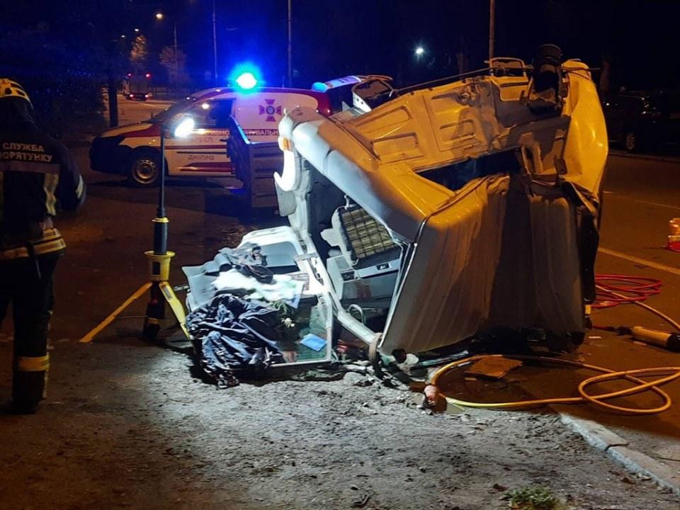 В Днепре грузовик врезался в столб: тело водителя зажало в кабине