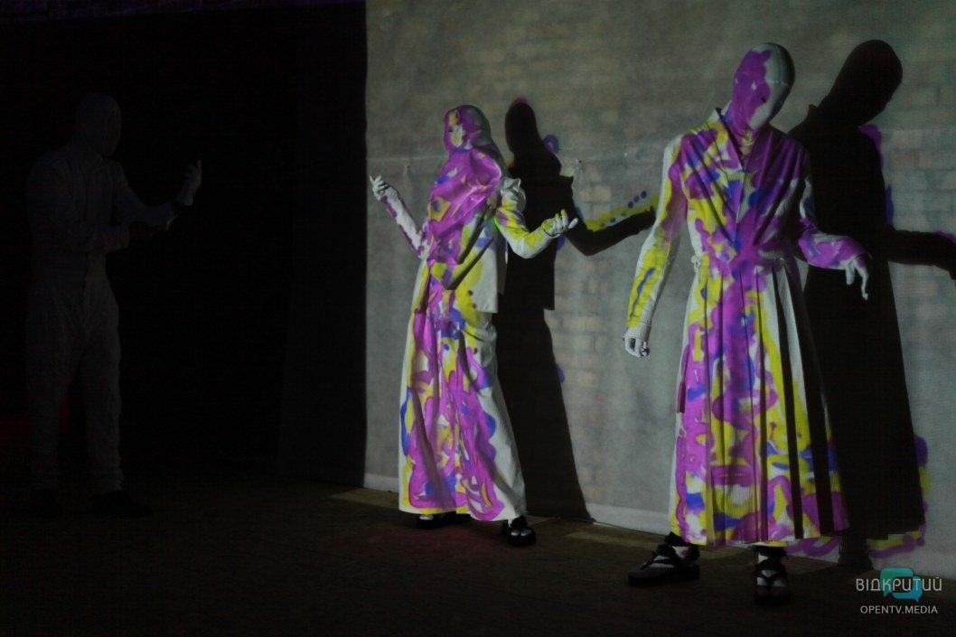 Швейцарская художница рисовала на одежде моделей: в Днепре прошел фешн-перформанс в рамках фестиваля «ГогольFest»