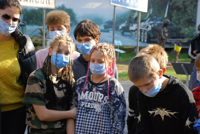 В Днепре для социально незащищенных детей провели экскурсию ко Дню защитника Украины
