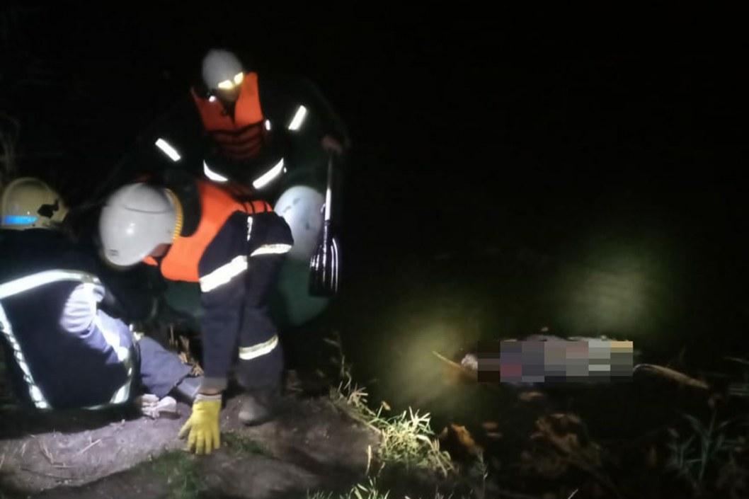 На Днепропетровщие спасатели достали из реки труп женщины (ФОТО)