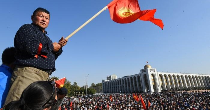 Слышны выстрелы: в Киргизии протестующие требуют отменить результаты выборов