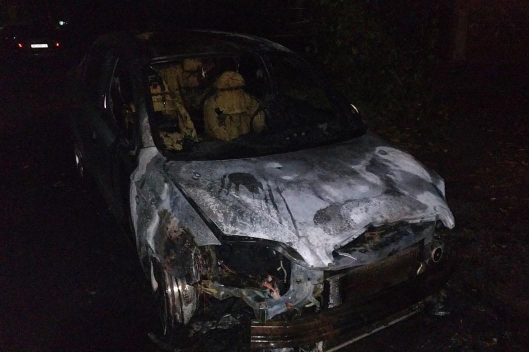В Днепре на парковке загорелась легковушка