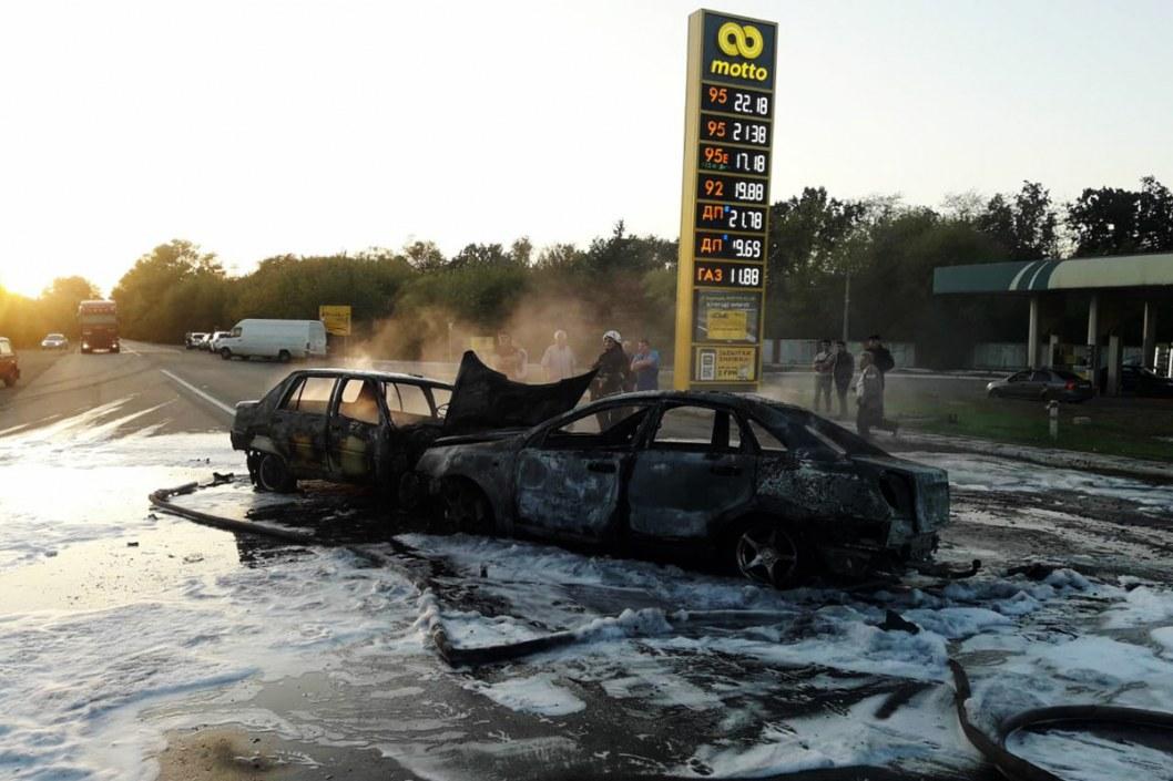 """Водитель сгорел заживо: под Днепром столкнулись """"ЗАЗ"""" и Chevrolet"""