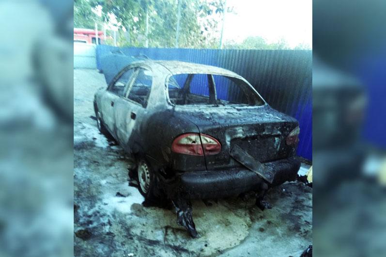 Сгорела машина и часть дома: возле Кривого Рога спасатели тушили пожар