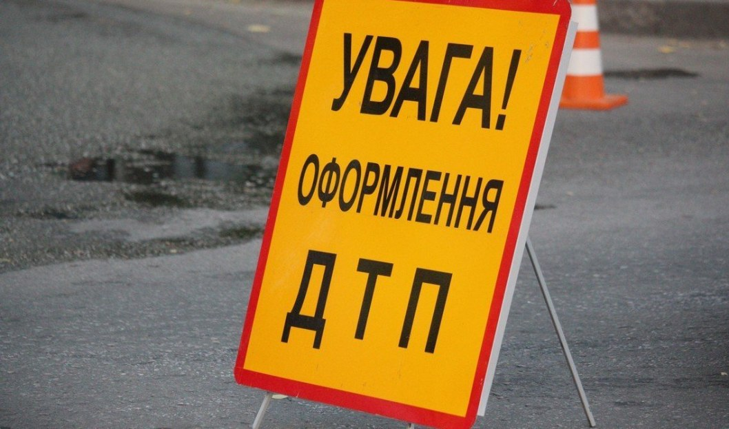 В Днепре авто выскочило на встречку и сбило перебегающего дорогу пешехода