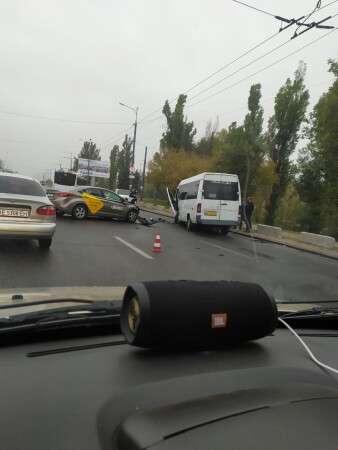 Возле Нового моста в Днепре такси врезалось в маршрутку: пострадали 6 человек