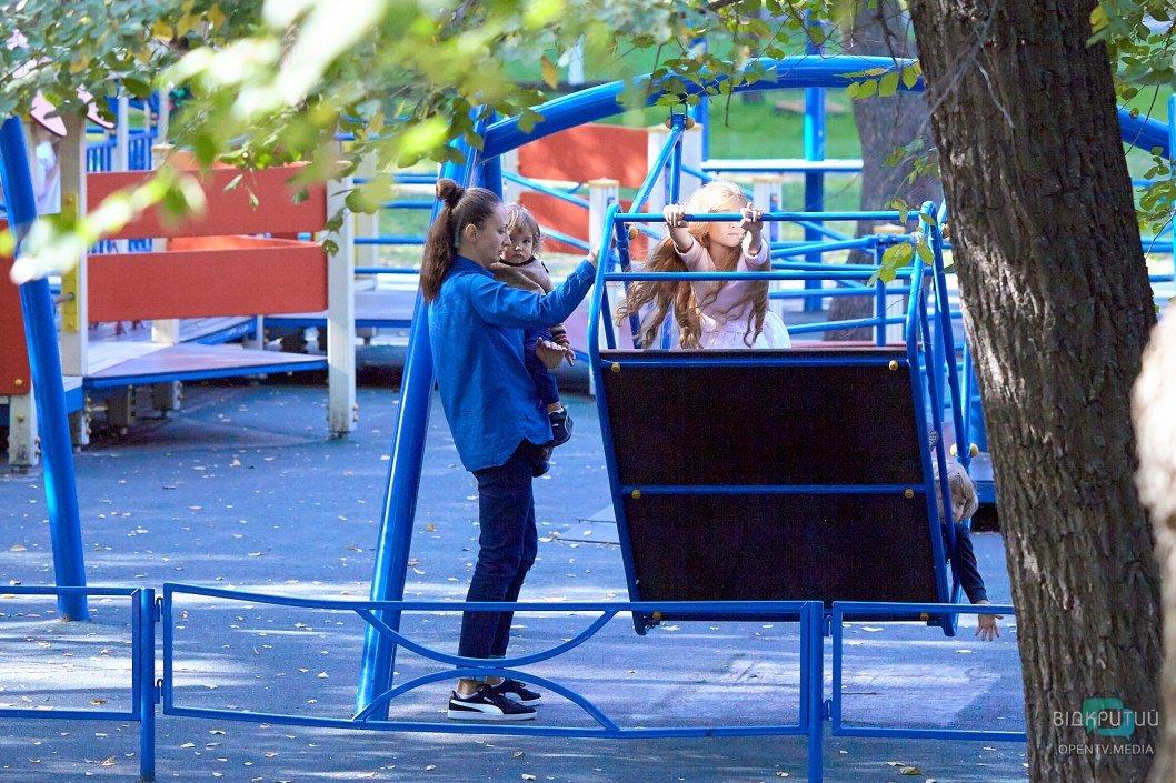 В днепровском парке имени Глобы восстановили сломанные подростками качели