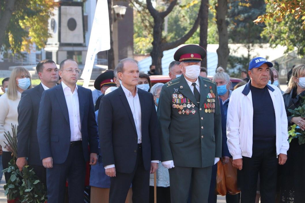В Кривом Роге лидеры ОППОЗИЦИОННОЙ ПЛАТФОРМЫ – ЗА ЖИЗНЬ почтили память героев, освободивших Украину