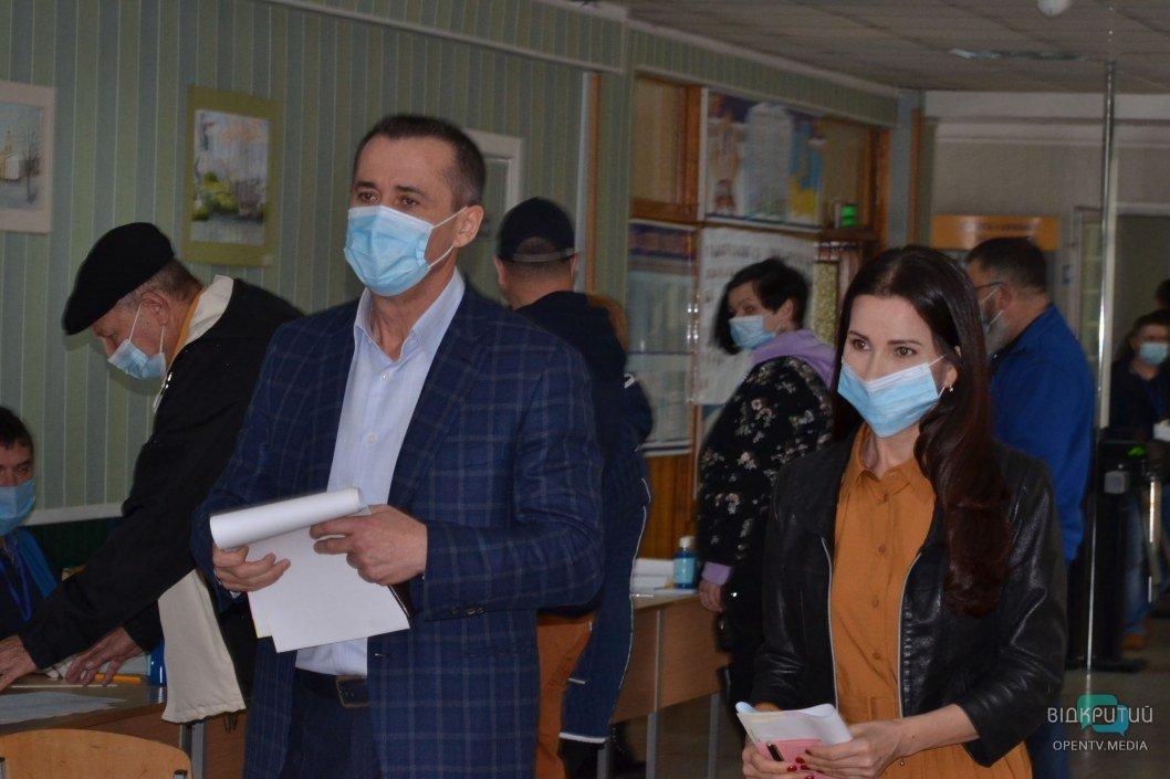 Загид Краснов прибыл на избирательный участок в компании очаровательной супруги