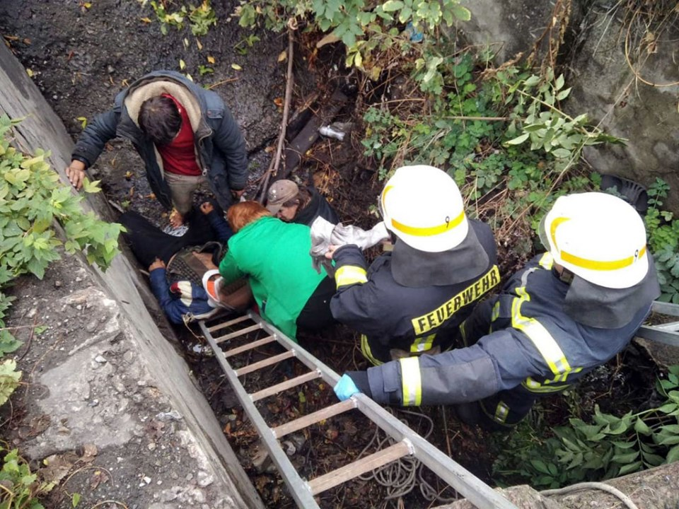 В Каменском мужчину из выгребной ямы доставали спасатели