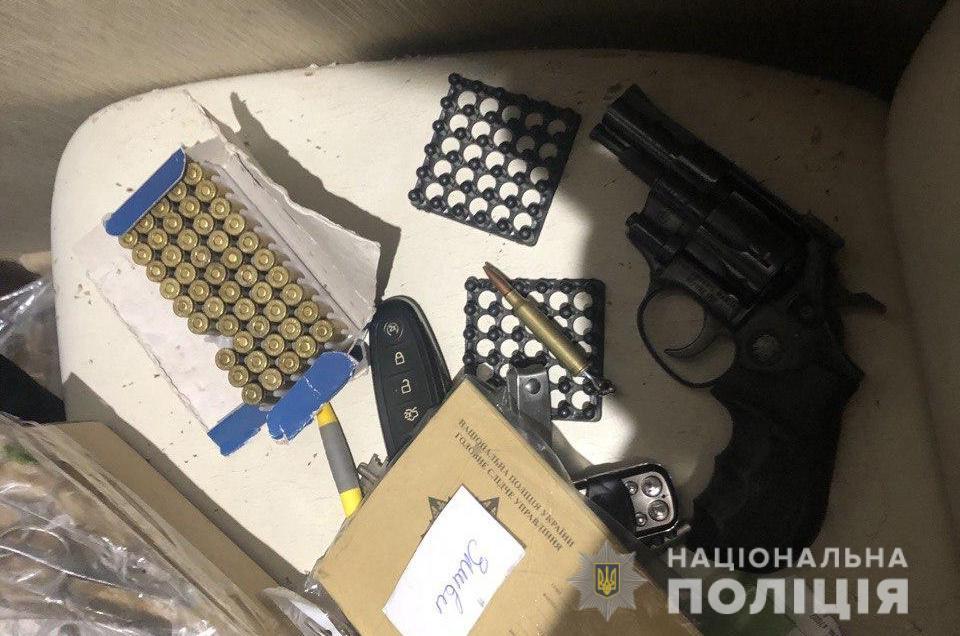 На Днепропетровщине задержали пару, которая торговала самодельным оружием