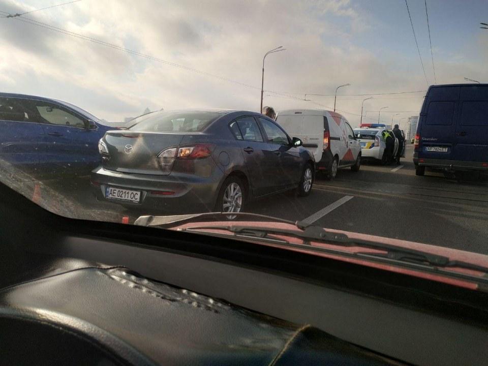 ДТП и воздушные шарики: что сейчас происходит на Новом мосту в Днепре