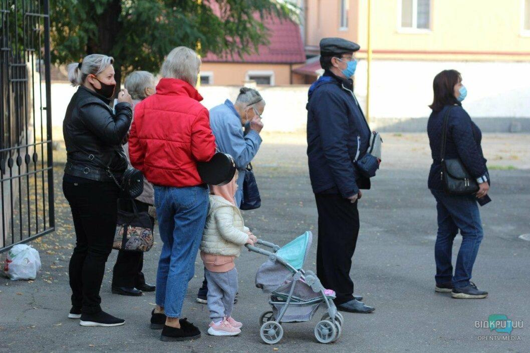 На избирательных участках в Днепре собираются очереди