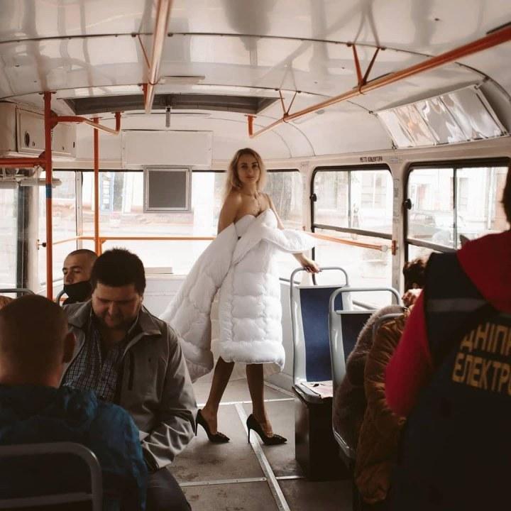 Днепровская инста-блогер проехалась в трамвае в одном одеяле