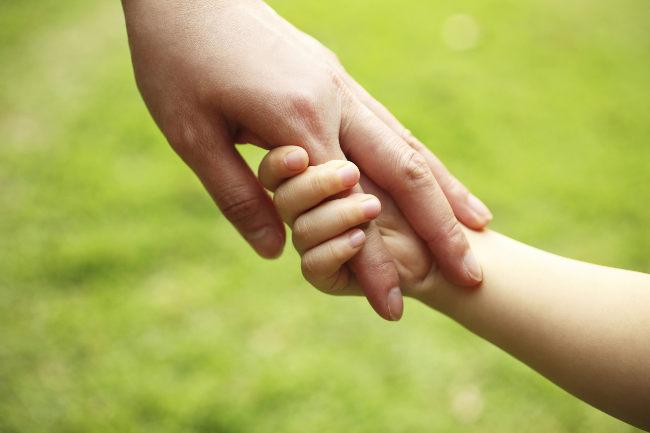 Сложный случай: врачи Днепра разделили сросшиеся пальчики ребенка
