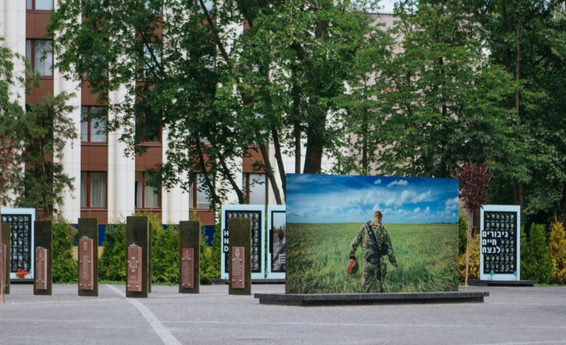 В Днепре на фасадах школ установят мемориальные доски погибшим на Донбассе