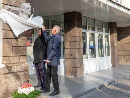 В Днепре в память о ректоре ДНУ открыли барельеф