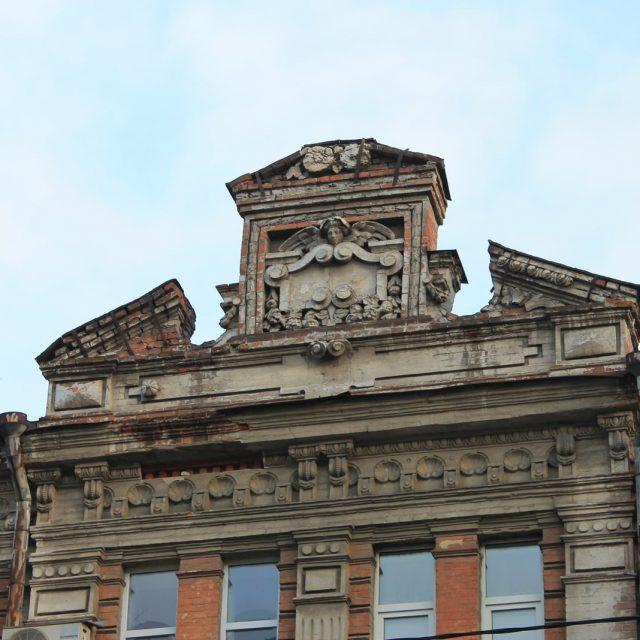 В Днепре возьмутся за реконструкцию старинного карниза на фасаде здания
