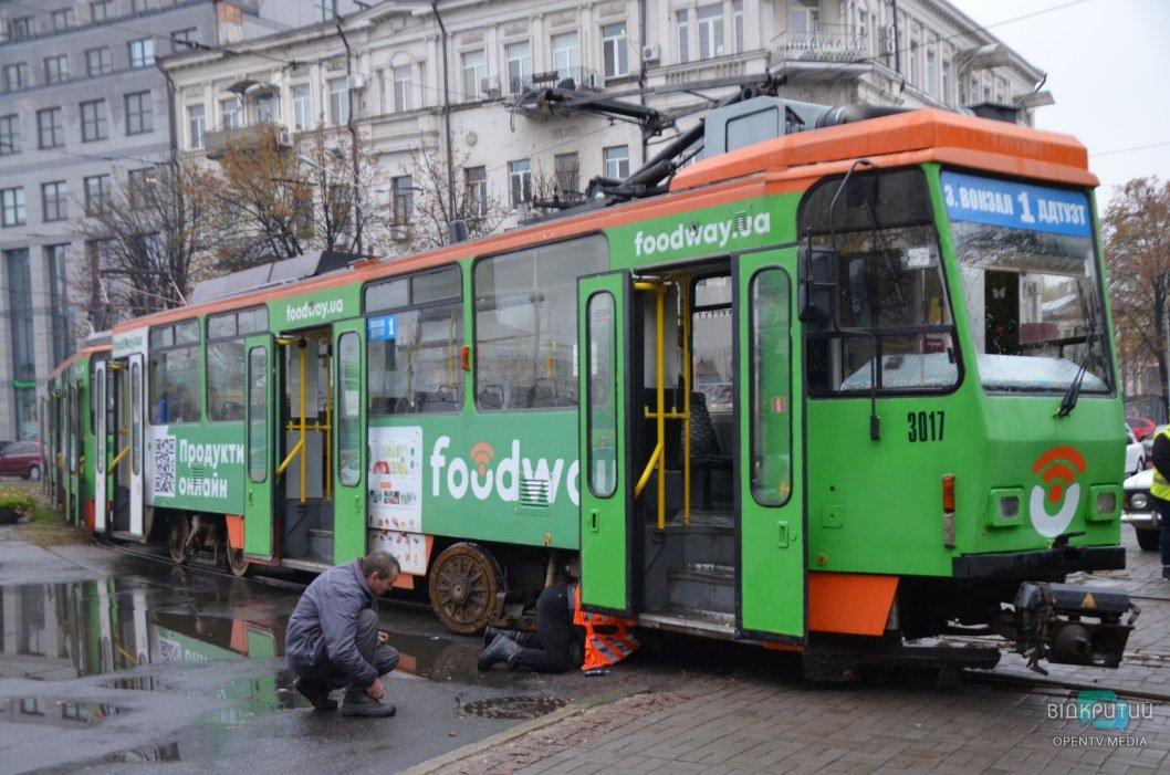 В центре Днепра сошел с рельсов трамвай №1 (ФОТО)