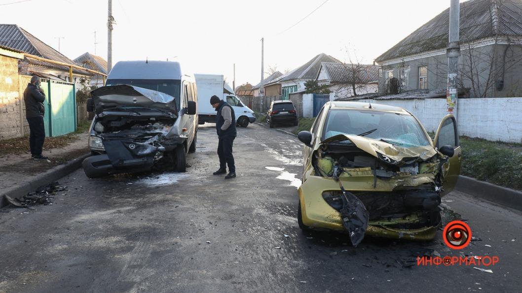 В Днепре Peugeot въехал в маршрутку: есть пострадавшие