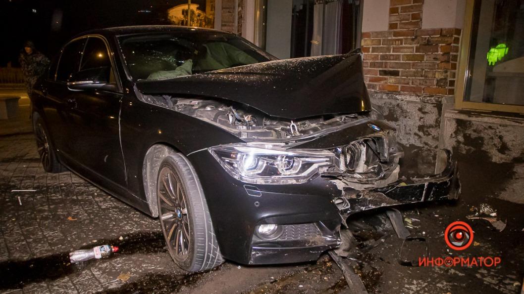 В центре Днепра водитель BMW врезался в магазин тканей: виновники ДТП скрылись с места происшествия