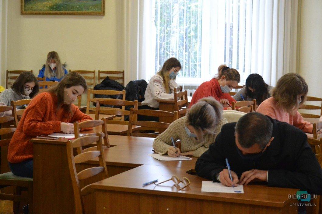 """""""Энелятко"""" и Илон Маск: как днепряне писали ежегодный Всеукраинский радиодиктант"""
