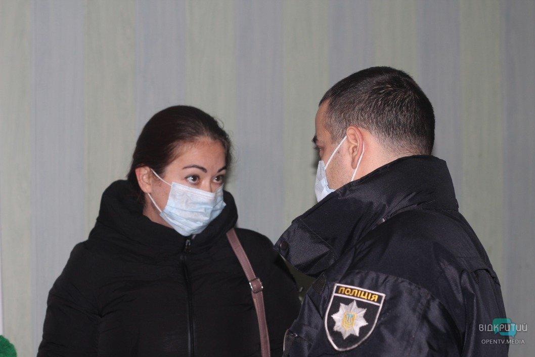 Фотографировала бюллетень: в Днепре на участке Краснова задержали женщину (ВИДЕО)