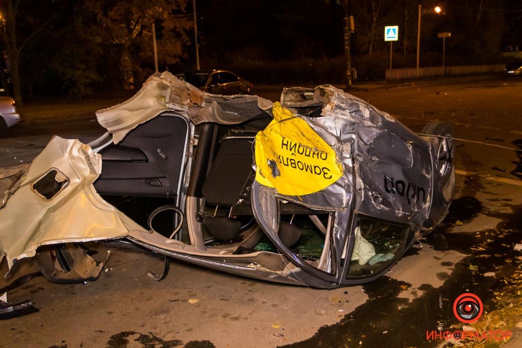 Ночное ДТП на Победе: автомобиль буквально разорвало пополам