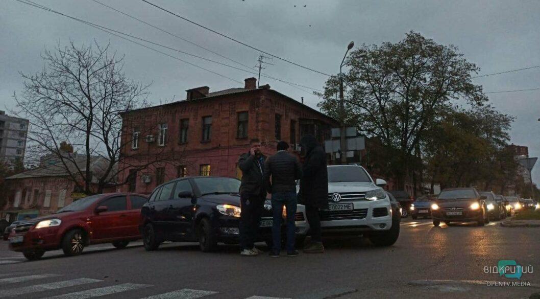 В Днепре посреди оживленного перекрестка столкнулись две иномарки