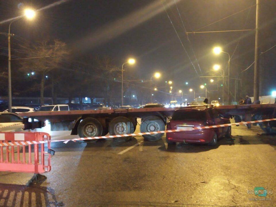 В Днепре на Набережной легковушка влетела в фуру (ФОТО)