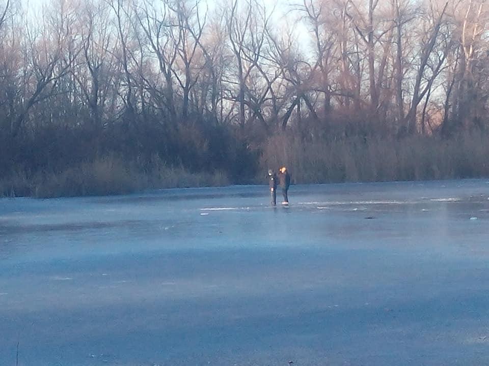 Дети гуляют по льду