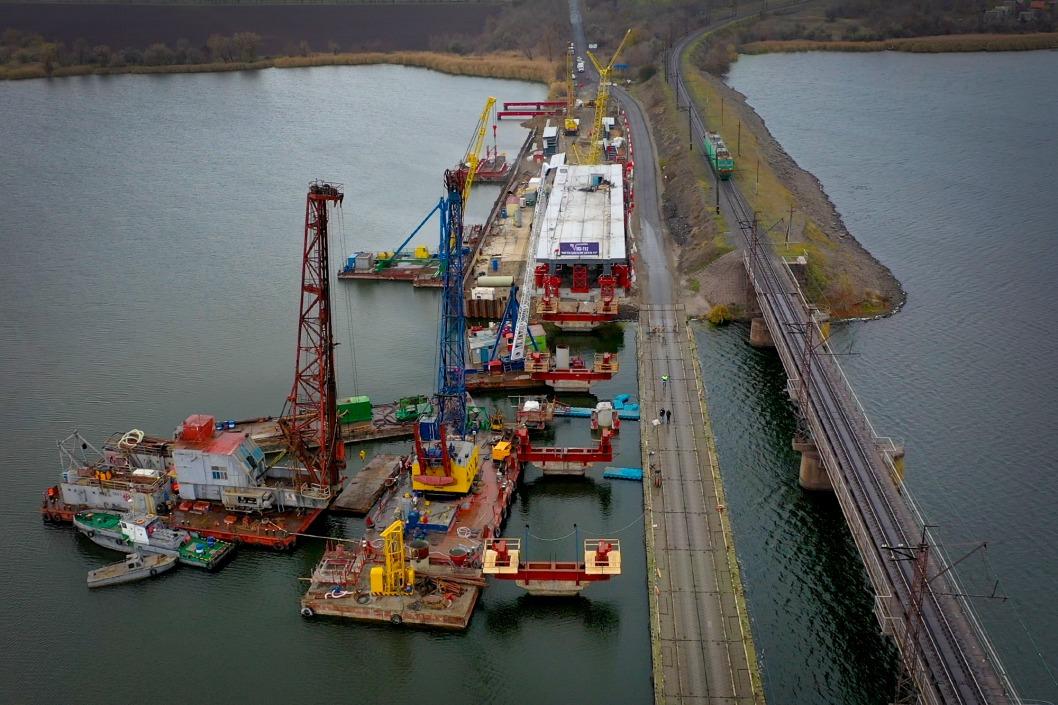 Под Никополем реконструируют разрушенный мост: движение через понтонную переправу приостановят