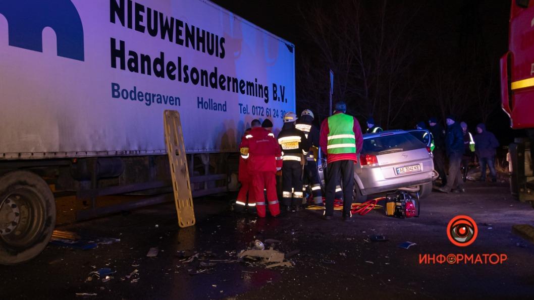 В Днепре легковушка протаранила грузовик: водителя вырезали из авто