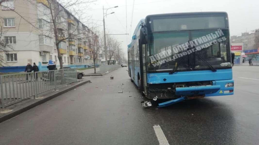 В Днепре авария на Слобожанском проспекте: столкнулись автобус и легковушка