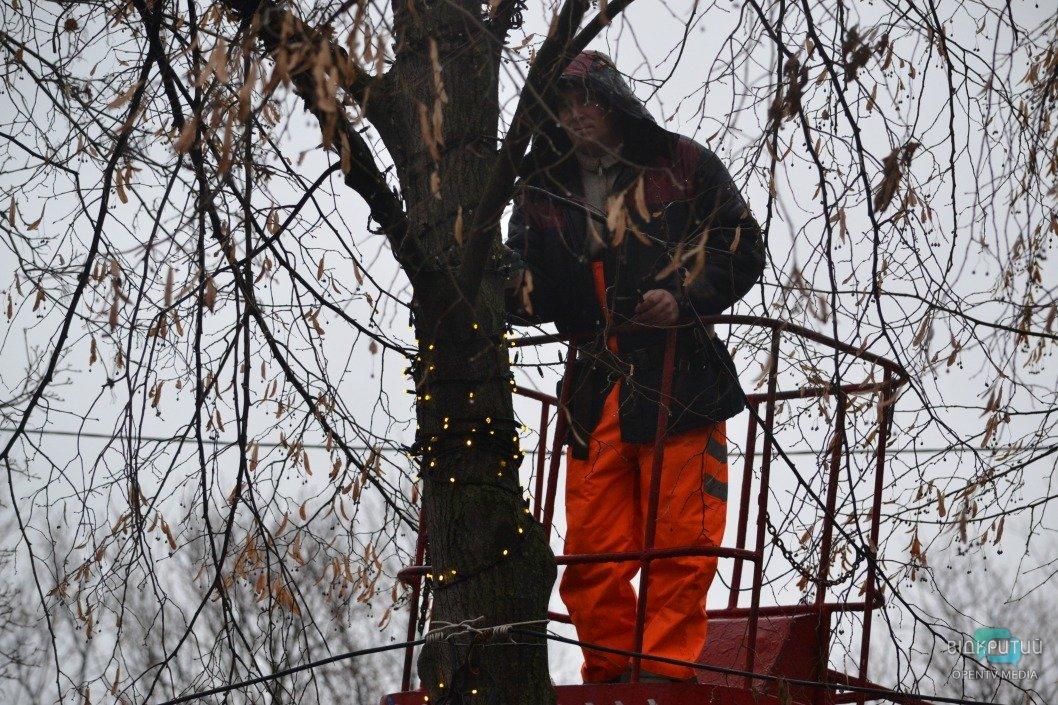 В сквере Героев устанавливают новогоднюю иллюминацию